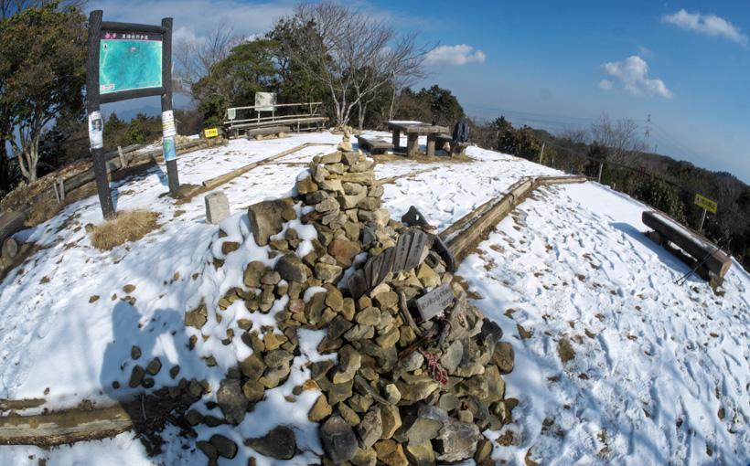 薄っすら雪景色のポンポン山で 山パスタ