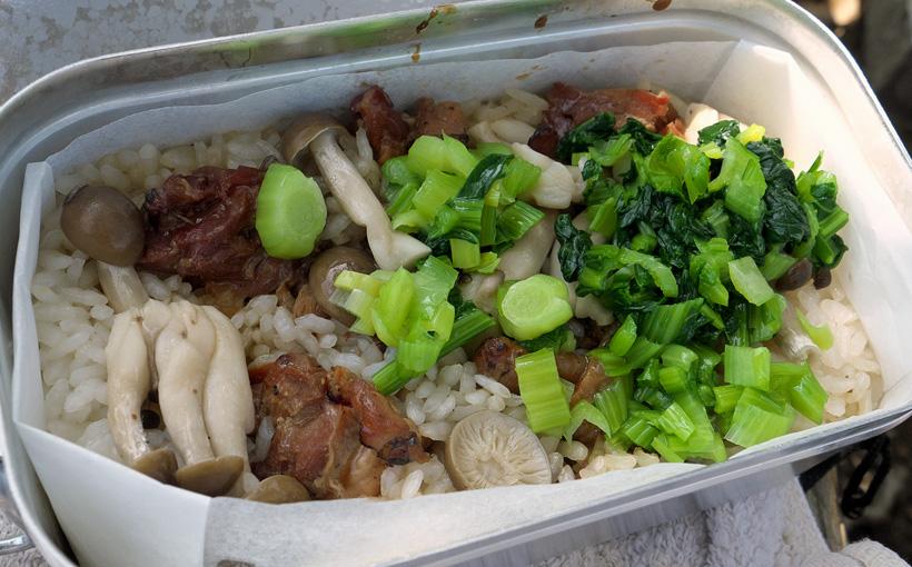 ポンポン山 メスティンで焼きとり缶詰の炊き込みご飯
